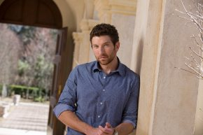 "Brett Eldredge debuts ""Drunk On Your Love"" Music Video"
